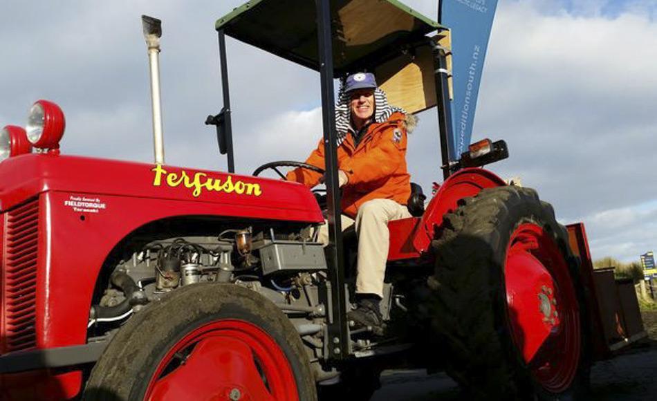 Um Spenden zu sammeln fuhren vor kurzem drei Ferguson Traktoren, ähnlich denen, die Sir Eds Team verwendete, von Piha auf Neuseelands Nordinsel nach Aoraki/ Mt Cook auf der Südinsel. Die Strecke von 2012 km, entsprach dabei der Entfernung, die Sir Ed und sein Team von Scott Base bis zum Südpol zurücklegten. Sir Edmunds Sohn, Peter Hillary war beim Start dabei und half der Expedition South, ihr Ziel zu erreichen, die Antarktis-Hütte seines Vaters zu retten. (Foto: RNZ / Mohamed Hassan)