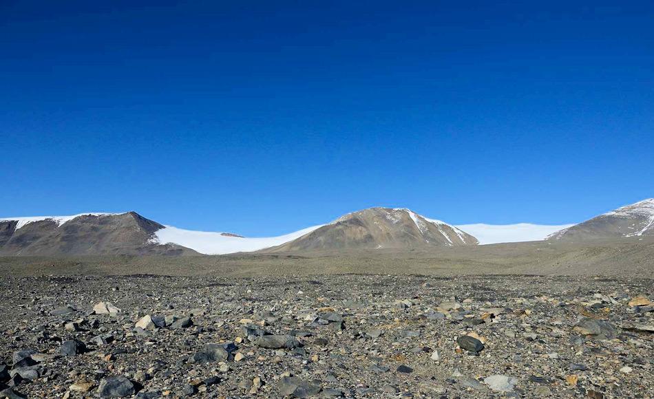 Eine der untersuchten Orte, das Taylor Valley, sieht aus wie eine Wüste ohne Anzeichen von Leben auf oder unter den Felsen und Steinen. Bild: Michael Wenger