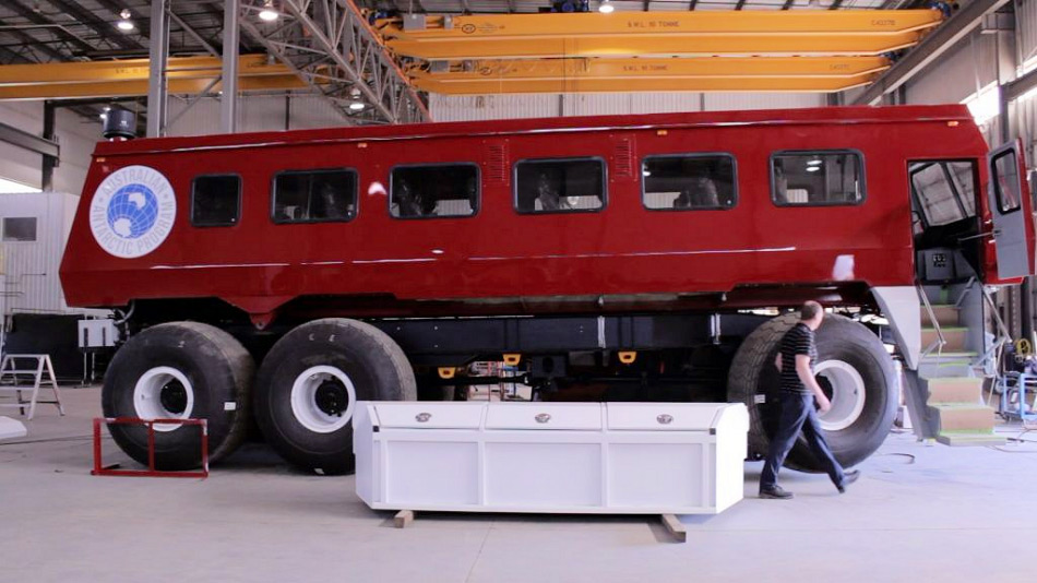 Der neue Bus soll sowohl Material wie auch Leute vom Wilkins Flugplatz zur 70 km entfernten Casey-Station befördern. Diese liegt direkt an der ostantarktischen Küste. Bild: Daniel Porter