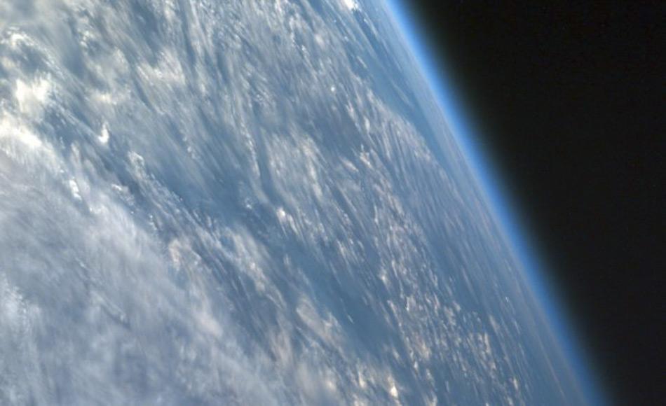 Die Atmosphäre ist nur ein dünner Film, wenn man die Erde vom Weltall aus betrachtet. Die schützende Ozonschicht erholt sich mittlerweile an den Polen, aber eine unerwartete Abnahme in der unteren Atmosphäre verlangsamt eine Regeneration in niedrigeren Breiten. (Quelle: NASA)