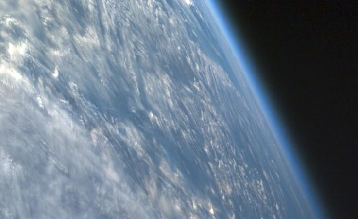 Die Atmosphäre ist nur ein dünner Film, wenn man die Erde vom Weltall aus betrachtet. Die