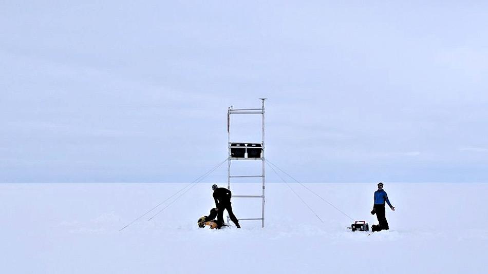 Das Team hatte Messinstrumente aufgestellt, um seismische Wellen durch das Eis zu senden und ein Bild zu erhalten, was unter dem Eis liegt. Diese Wellen konnten ohne Mühe das mehrere Kilometer dicke Eis durchdringen. Bild: AAD / Ben Galton-Fenzi