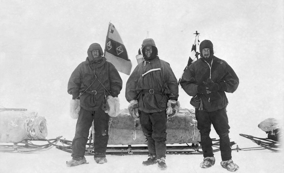 Kapitän Scott (Mitte), zusammen mit Shackleton (links) und Wilson (rechts) machten sich im Zuge der Expedition auf, so weit wie möglich nach Süden vorzustossen. Ihre Reise endete beinahe mit dem Tod aller aufgrund mangelnder Erfahrung, Skorbut und Schneeblindheit. Bild: National Library of New Zealand