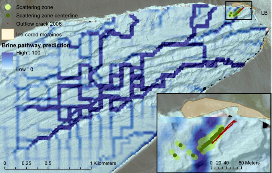 Die salzhaltige, matschige Lake wird durch den Druck durch den Gletscher getrieben, bis sie als Wasserfall an der Oberkante austritt und hinunterfliesst. Die Grafik zeigt die Kanäle, die mithilfe der Radiowellen, entdeckt wurden. Bild: Badgeley et al.