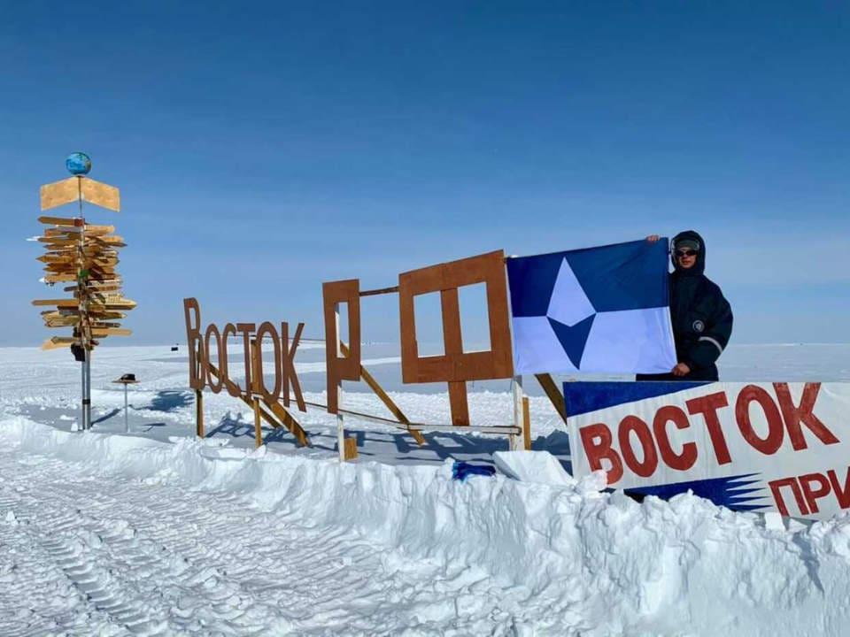 Die True South Flagge bei der russischen Vostok-Station.