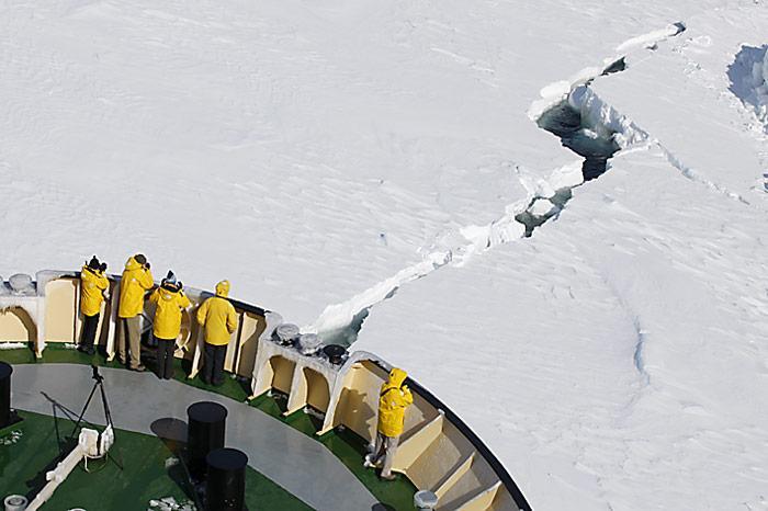 PolarNEWS_Russischer_Eisbrecher_im_Eis_eingeschlossen_Khlebnikov-Passagiere