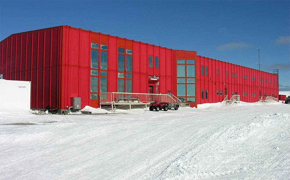 Die «rote Hütte», wo die meisten der Stationsleute schlafen und essen, wie auch die meisten anderen Gebäude der Station Casey beinhalten Gerätschaften, Möbel und andere normale Haushaltsgegenstände, die eine lokale Quelle für POPs darstellen. Photo: Katja Riedel