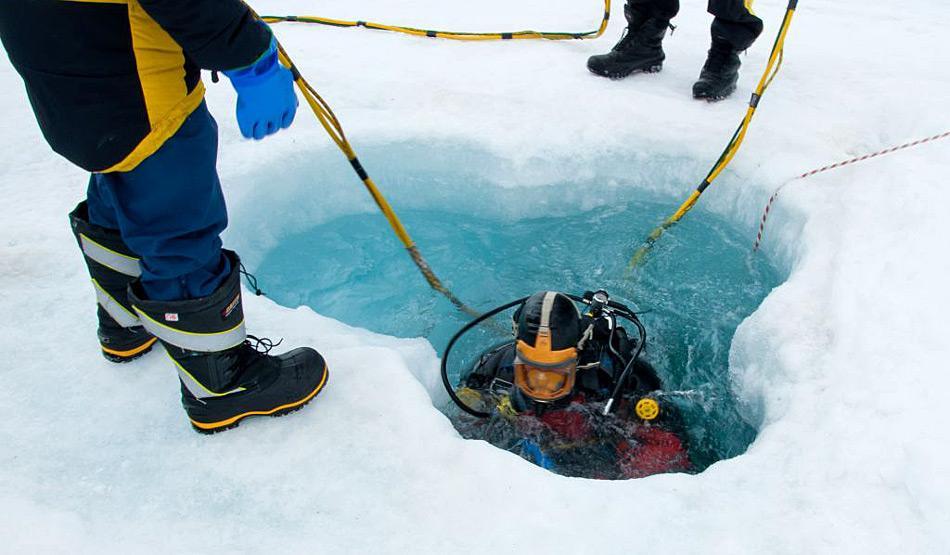 Die Taucher mussten durch aufwändig gebohrte Löcher die Ausrüstung auf den Meeresboden. Photo: Kristin Raw
