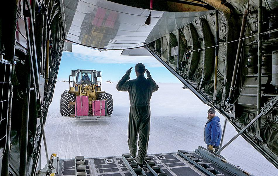 Das Forschungsteam wird mit Maschinen der US-Luftwaffe über das Rosseisschelf fliegen und den Meeresboden insgesamt 36-mal vermessen. Bild: Robin Bell