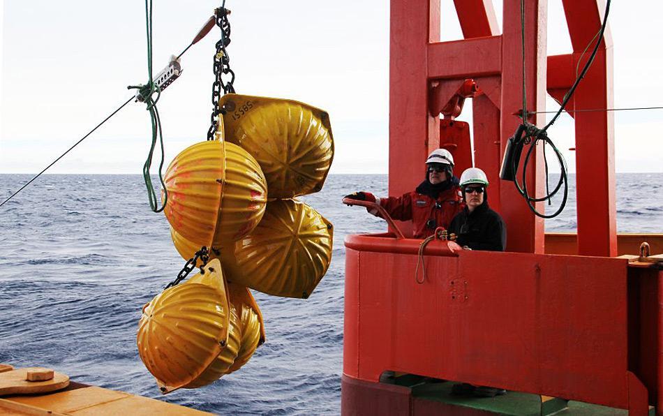 Die Messinstrumente mussten häufig am Meeresboden verankert und danach wieder hochgeholt werden. Photo: Steven Rintoul