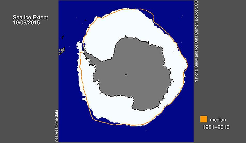 Die antarktische Meereisbedeckung am 6. Oktober 2015 betrug 18,83 Millionen Quadratkilometer. Die orangefarbene Linie zeigt den Mittelwert für die Ausdehnung von 1981 bis 2010 jeweils am 6. Oktober an. Das schwarze Kreuz markiert den geographischen Südpol. Abbildung: National Snow and Ice Data Center