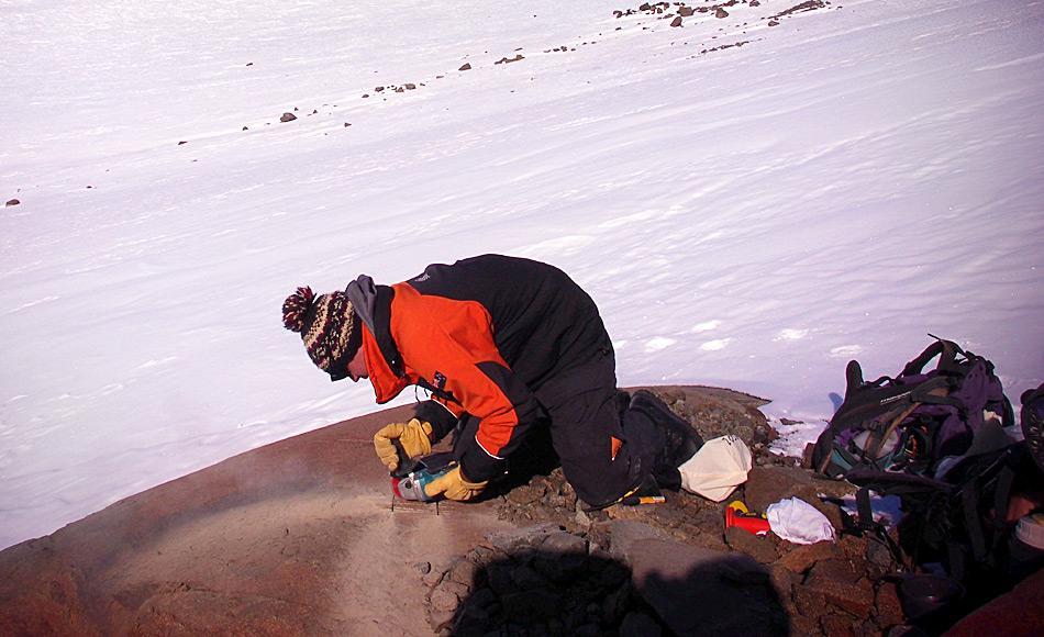 Die Chemie an der Oberfläche der Felsen ändert sich, wenn sie aus dem Eis ragen und der kosmischen Strahlung ausgesetzt sind. Hier schneidet Richard Jones Proben von exponierten Felsen, um die Geschichte des Gletschers zu untersuchen. Foto: Chris Fogwill