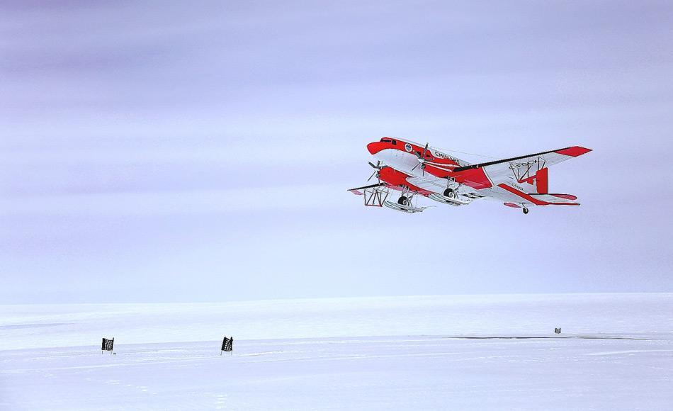 Ein Snow Eagle Flugzeug hebt ab, um über einer der letzten unerforschten Regionen der Erde, dem Prinzessin Elizabeth Land, Messungen durchzuführen. Ausgestattet mit Radarantennen, die es den Forschern erlauben durch das Eis zu sehen, wird es nach Strukturen unter dem Eis, wie Bergen, Schluchten und Seen suchen. (Quelle: Durham University)