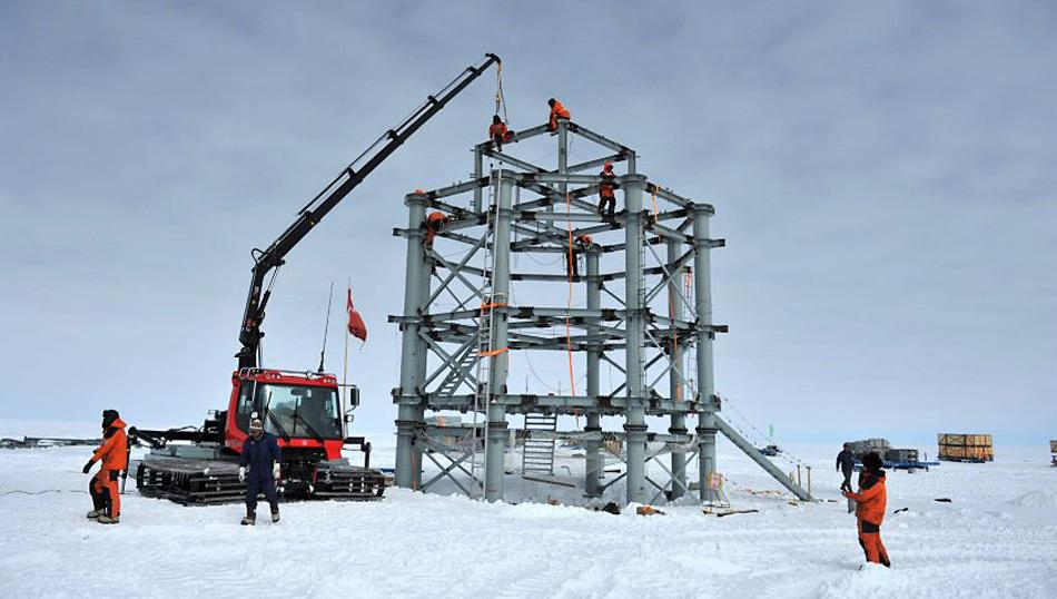 Arbeiter auf der grossen Stahlstruktur des Taishan Station, Chinas vierter Forschungsstation in der Antarktis.