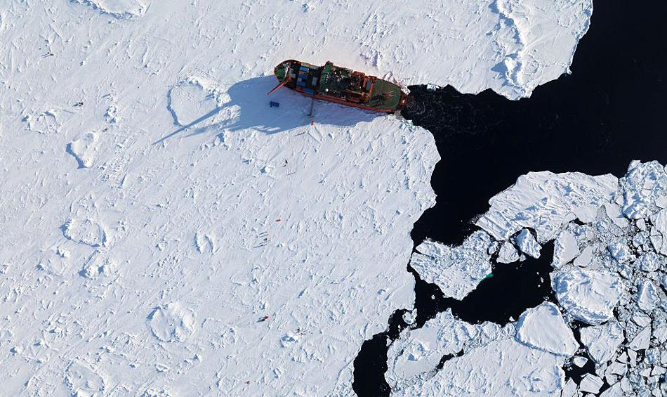 Die Zunahme von Meereismenge und -dicke hat dazu geführt, dass Eisbrecher immer häufiger zum Einsatz kommen müssen, auch mitten im Sommer. Bild: Australian Antarctic Divison