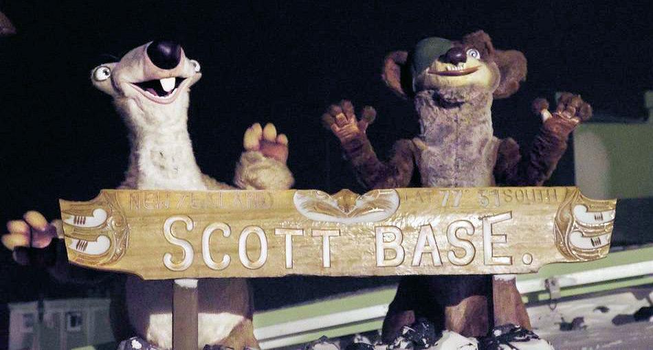 Sid und Buck besuchen Scott Base mitten im Winter. Sie erleben 24 Stunden Dunkelheit während der Polarnacht. Foto: Anthony Powell
