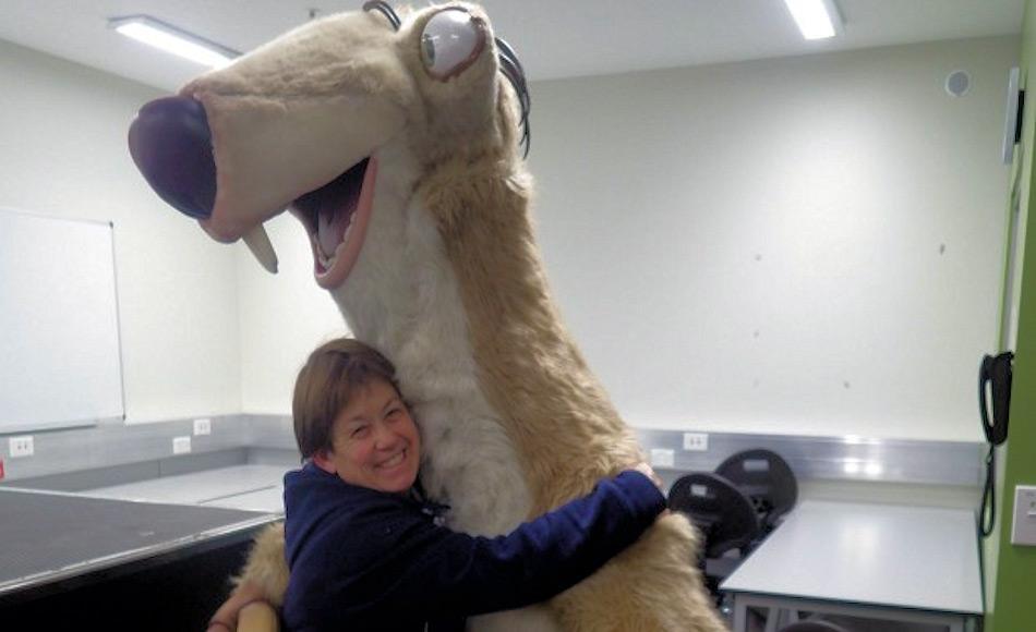 Scott Bases Reinigungskraft und Krankenschwester Vonny Sprey umarmt Sid das Faultier an Scott Base. Foto: Anthony Powell