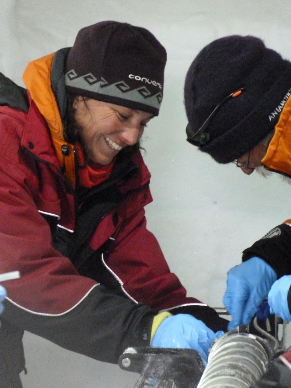 Die neuseeländische Glaziologin Dr Nancy Bertler leitet das Roosevelt Island Climate Evolution Project (RICE) auf Roosevelt Island in der Antarktis. Hier entnimmt sie zusammen mit  Kollege Alex Pyne Untergrundgestein am unteren Teil des RICE Eiskerns. (Photo: Nancy Bertler)