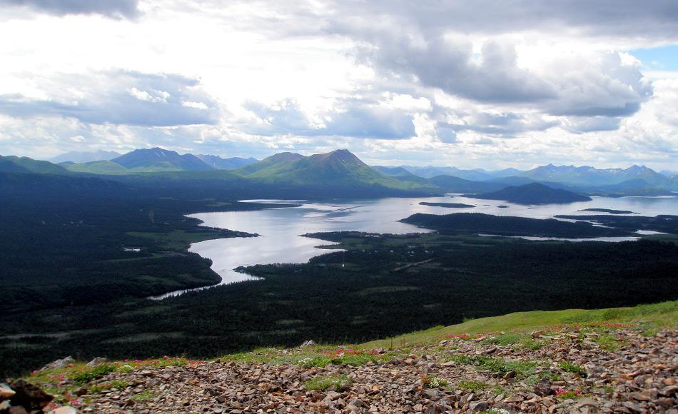 Dieser See ist einer von mehreren grossen Seen im Südwesten Alaskas. Es ist ein 32 km langer und 26 km breiter See, der über die Flüsse Wood River und Nushagak River in die Bristol Bay und damit ins Beringmeer fliesst. Bild: Alex Smith
