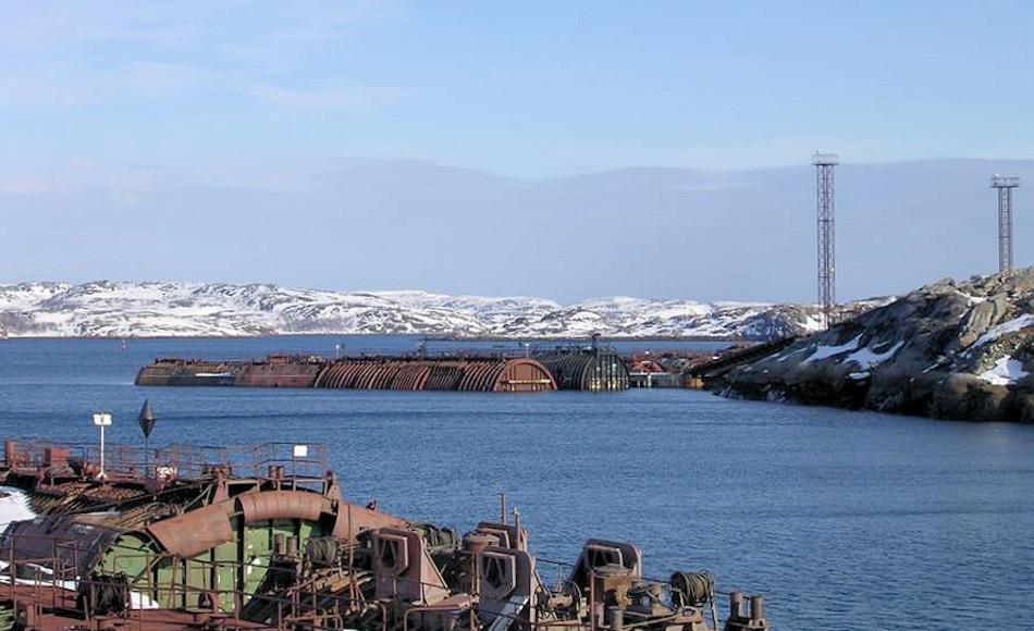 Aufgrund von fehlenden Geldern wurden viele der stillgelegten U-Boote entlang der russischen Nordmeerküste versenkt und bilden heute ein beträchtliches Gefahrenpotential für die Umwelt. Das Auseinandernehmen und Lagern der Reaktorteile in Saida Bay bietet eine neue und sicherere Möglichkeit, mit Atomabfällen umzugehen. Bild: Nerpa Shipyard