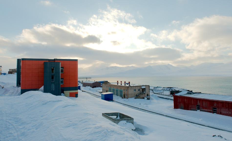 Barentsburg ist Russlands Fuss auf Svalbard. Rund 400 Menschen leben im Ort, der seine meisten Einkünfte aus dem Bergbau und Tourismus erhält. Obwohl es russisches Gebiet ist, gilt die norwegische Jurisdiktion. Dies hat zu vielen Diskussionen und Debatten zwischen den beiden Ländern geführt.