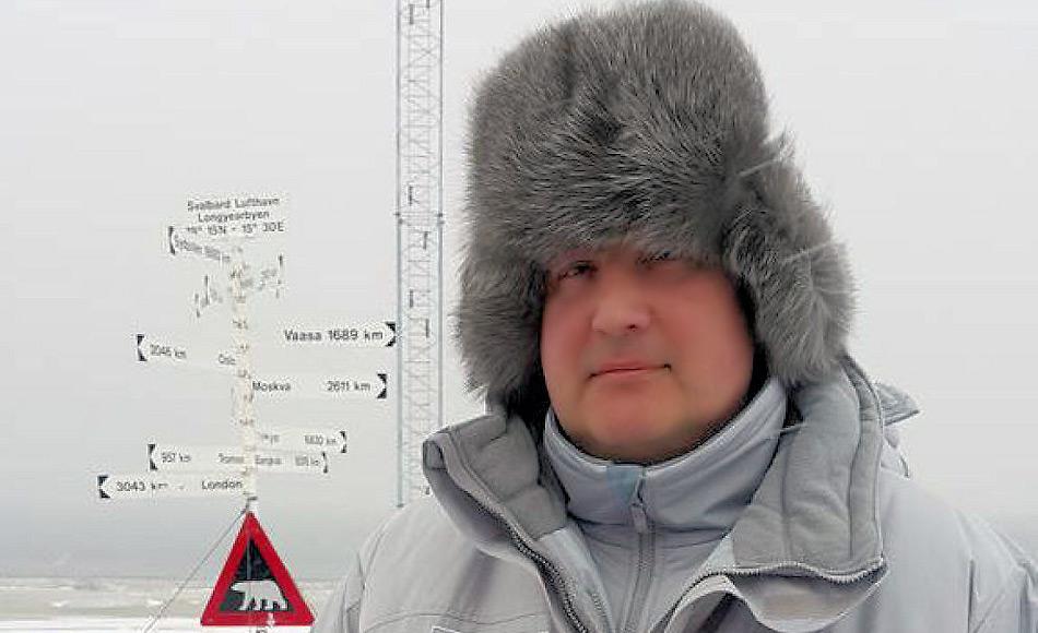 """Vizepremierminister Ivan Rogozin hatte 2015 überraschen und heimlich Svalbard besucht, trotz Reisesanktionen im Rahmen der Krimkrise. Er hatte die Sanktionen als """"absurd"""" bezeichnet und wollte durch seine Reise die Bedeutungslosigkeit der Sanktionen zeigen. Dies führte zu einer weiteren Abkühlung der norwegisch-russischen Beziehungen. Bild: vg.no"""