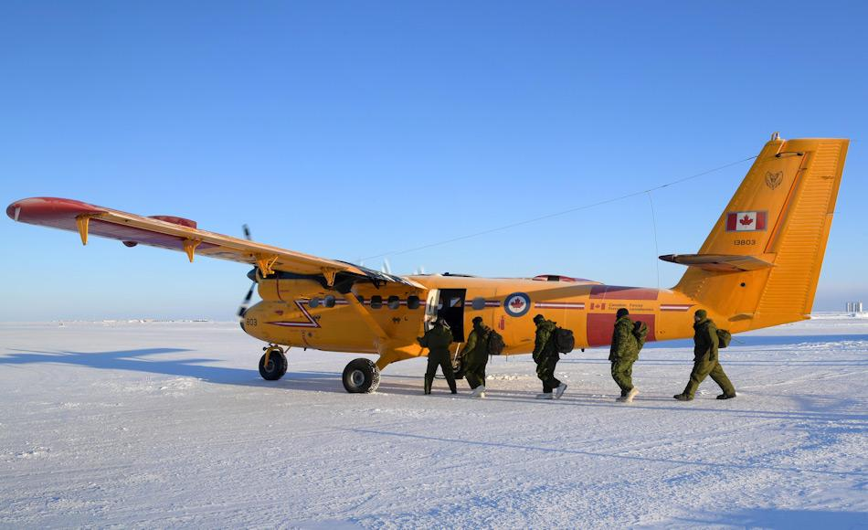 Die Twin Otter, die für die glückliche Rettung verwendet wurde, war nicht für Landungen auf dem Eis gebaut. Doch Pilot Doelman vollzog eine waghalsige Landung und rettete die beiden Jäger aus ihrer misslichen Lage. Bild: Belinda Groves, Canadian Forces