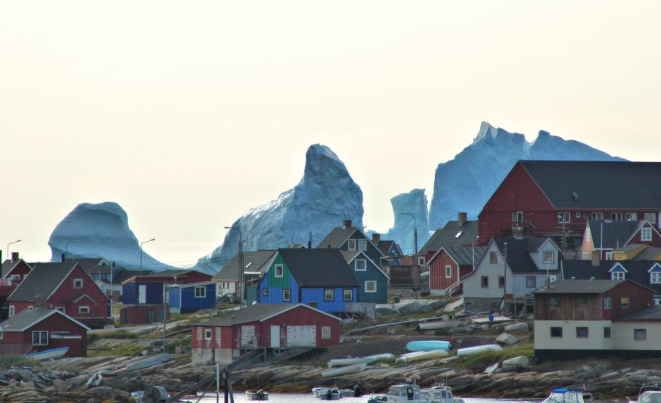 Gemeinden entlang der westgrönländischen Küste erhalten oft Besuch von Eisbergen und Touristen. Die letzteren möchten die ersteren sehen. Dies bedeutet eine wertvolle Einnahmequelle für diese Gemeinden. Bild: Michael Wenger