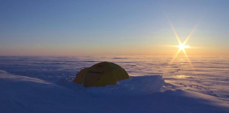 Unter mehr als einem halben Kilometer Eis verborgen, haben Forscher zwei Seen entdeckt, deren Salzgehalt sie zu einem Lebensraum für Mikroben machen könnte – ähnlich wie auf dem Jupitermond Europa. Bild: Martin Sharp