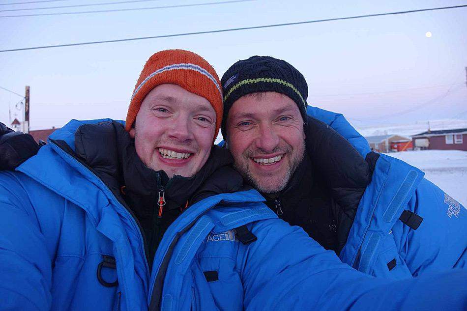 Marc Cornelissen und Philip de Roo von Cold Facts kamen am 29. März 2015 in Resolute, Kanada an. Von hier aus planten die beiden Forscher nach Norden zu wandern und dabei wichtige Daten über Eis- und Schneedicke zu sammeln. Foto: Cold Facts