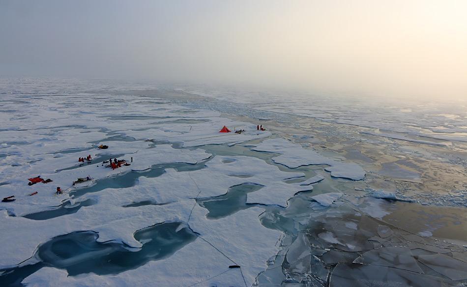 AWI-Meereisphysiker haben ein Eiscamp aufgebaut, um die Schmelztümpel auf dem arktischen Meereis zu untersuchen. Foto: Polarstern-Expedition ARK 26-3.