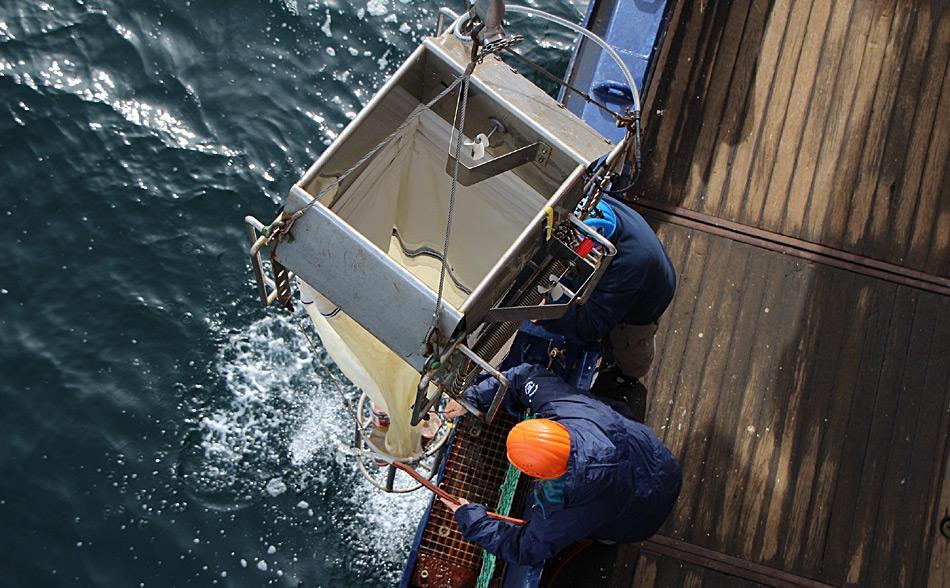 Polarstern-Besatzungsmitglieder ziehen ein Multinetz an Bord. Es besteht aus fünf Netzen, mit denen die Forscher über fünf verschiedene Horizonte der Wassersäule hauptsächlich Zooplankton fangen. Foto: AWI, Sebastian Menze
