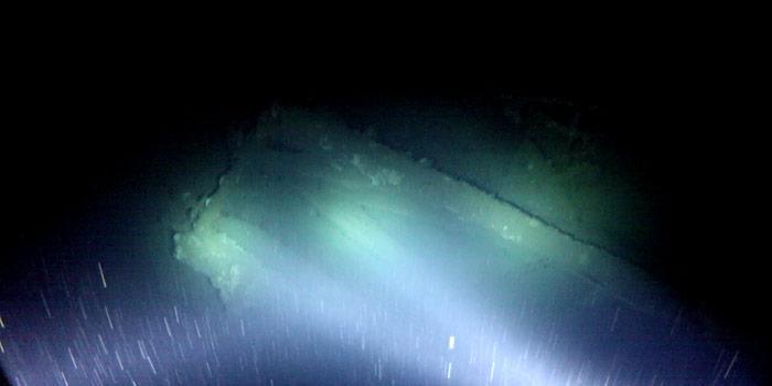 Im Scheinwerferlicht sind in 300 Meter Tiefe die Umrisse der «Terra Nova» zu erkennen.