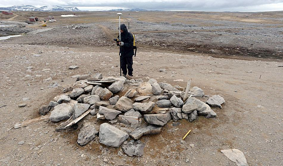 Es kursieren verschiedene Gerüchte und Geschichten über Massenmorde und Tote auf Bjørnøya. Doch es handelt sich dabei eben nur um Geschichten. Die Forscher möchten nun die Wahrheit um die Toten von Bjørnøya aufdecken. Bild: Dag Naevstad, Sysselmannen