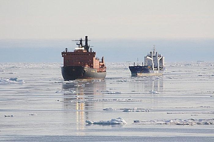 Konvoi-in-der-Arktis