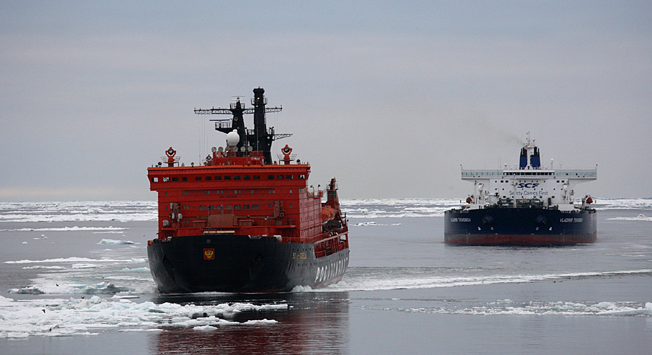 Der Öltanker «Vladimir Tikhonov» (IMO 9311622) im Schlepptau des Atomeisbrechers «50 Years of Victory» (IMO 9152959)