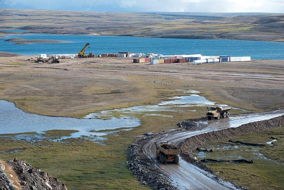 Heute wird das Erz mit Lastwagen nach Milne Inlet gefahren, ab 2019 soll der Transport mit der Eisenbahn erfolgen.