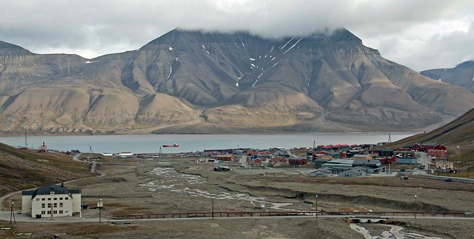 Der grösste Ort im von Norwegen verwalteten Inselarchipel ist Longyearbyen mit etwa 2'000 Einwohnern. Er ist das auch das Verwaltungs- und Touristenzentrum Svalbards.