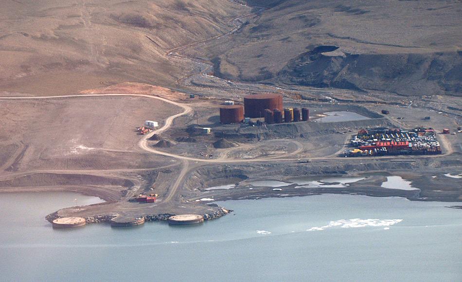Der Hafen von Nanisivik liegt rund 3.7 Kilometer von der ehemaligen Bergbaustadt entfernt. Die kanadische Küstenwache nutzt nun den Hafen für Trainingszwecke.