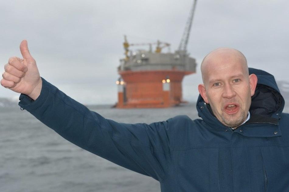 Der norwegische Energie- und Ölminister Tord Lien heisst die Plattform in der Barentssee nach ihrer langen Reise von Südkorea Willkommen. Bild Thomas Nilsen