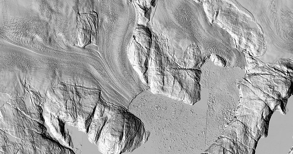 Zwei der untersuchten Gletscher Sermeq Silardeq (links mitte) und Kangigdleq (rechts mitte) zeigen klare Fliessrisse in ihrer Oberfläche auch noch weit hinter der Zunge. Dort sind auf normalen Bildern nur helle Flächen zu sehen. © Polar Geospatial Center