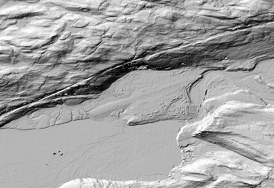 Der Detailgrad der Bilder ist bemerkenswert und zeigt auch die kleinsten Erhebungen wie beispielsweise auf diesem Bild von Kangerlussuaq. Man erkennt deutlich die Strassen, die Gebäude und die Flugzeugpiste. ©Polar Geospatial Center