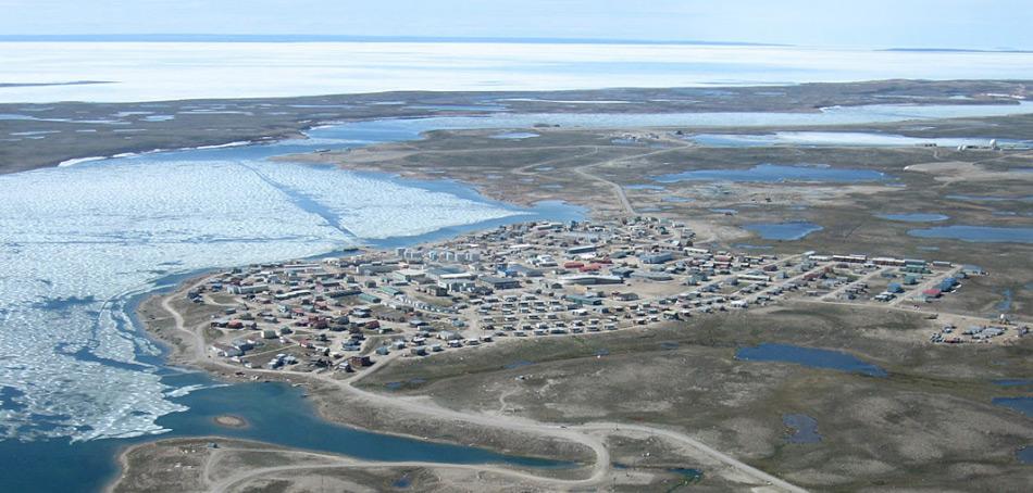 Viele der nördlichen Gemeinden entlang der Nordwestpassage sind bis spät in den Sommer hinein von Eis eingeschlossen und können nur durch die Luft oder eisverstärkte Transportschiffe versorgt werden. Die Grösse der meisten Orte liegt unter 500 Personen und dies führt zu Bedenken bei Besuchen von Schiffen mit 1'000 und mehr Passagieren.