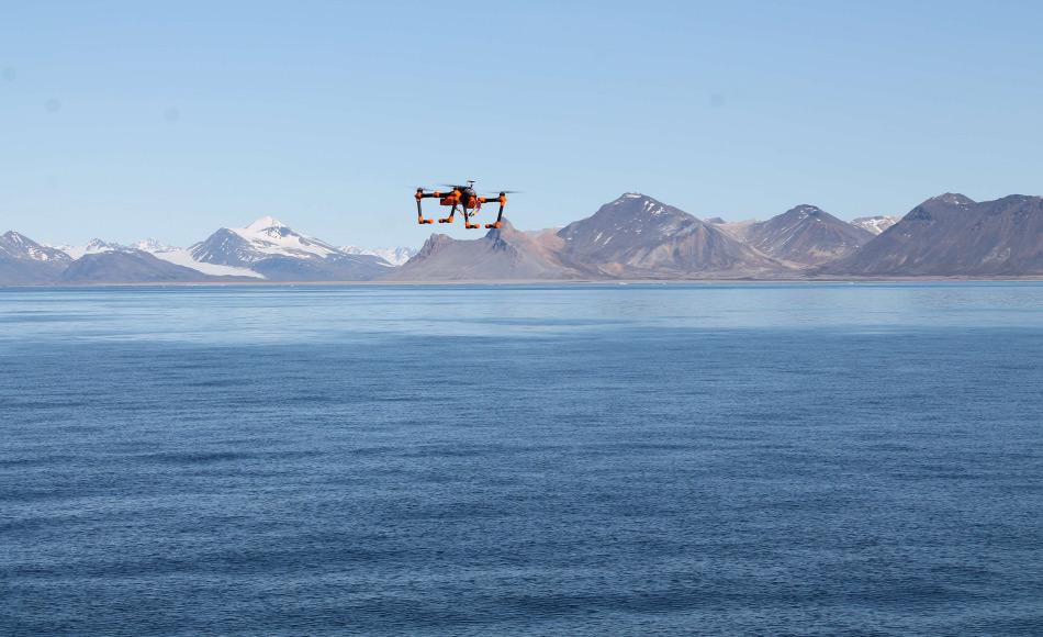 Der Multikopter der AWI-Tiefseegruppe macht Luftaufnahmen des Arktischen Ozeans. Foto: Thorben Wulff