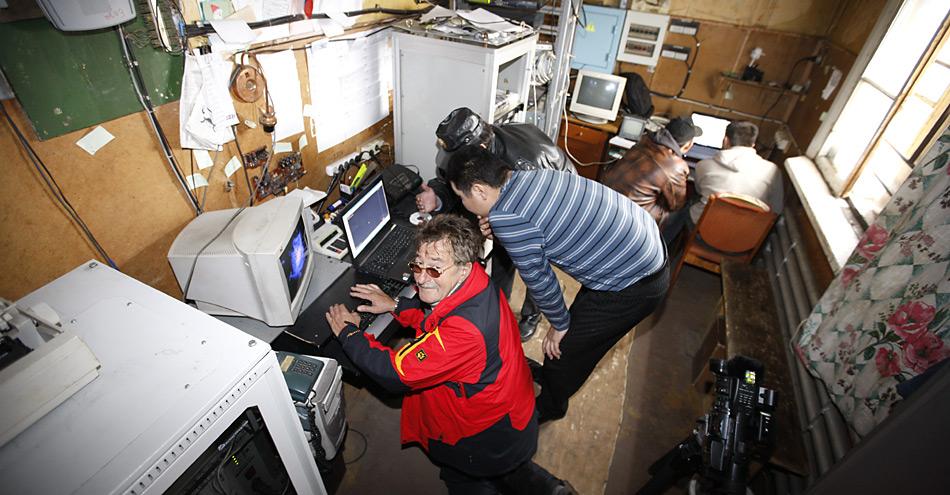 Seit Wochen schon hängt der Computer in der Funkstation von Vankarem, da kam Werner Breiter wie gerufen und brachte ihn wieder zum laufen.